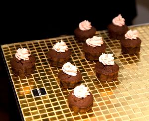 Cupcakes de Ànima catering en bandeja de Bisazza