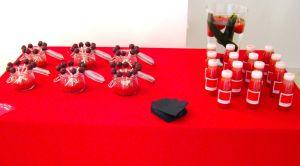 Mesa roja con popcakes y zumos
