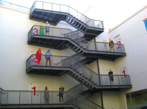 Escaleras interiores de IED con maniquís simulando estudiantes.