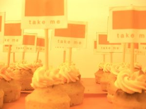 Cupcakes con un  cartel que dice ¡Take me!