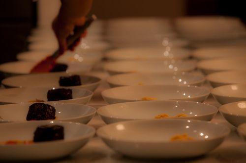 Foto de una persona emplatando el menú