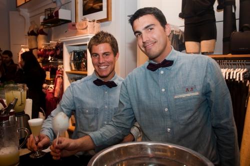 Camareros de Ànima catering nseñando el Gin Fizz 0º-60º y nubes de algodón