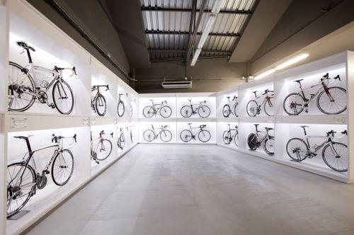Escaparates con bicis en una sala donde se pueden hacer eventos de Ànima catering