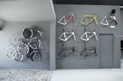 Detalle de cuadros de bici en la pared