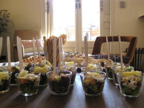 Mesa con las referencias de comida en le Showroom de Bershka