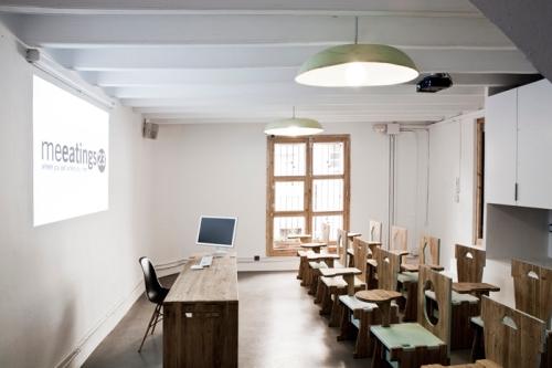 Sala de cursos Meeatings23. Sillas, mesas y un reproductor