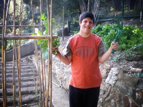 Foto de Óscar Mitjans cultivando el huerto de Sol y Vida