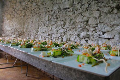 Foto de todo el montaje de ravioli de calabacin con queso fresco y langostinos, tomate confitado y piñones.