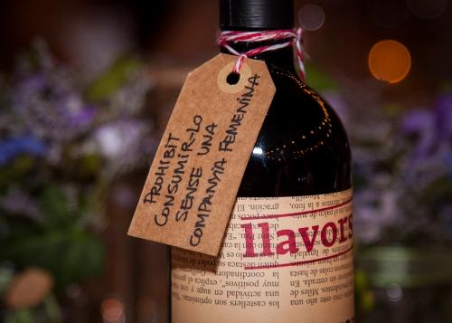 """""""Prohibido beber la botella de vino sin compañía femenina"""""""