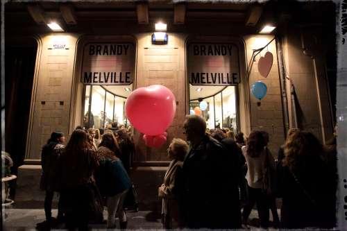 La entrada de la tienda de Brandy Melville concurrida